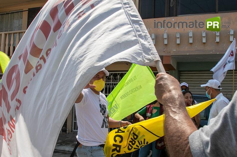 Simpatizantes de algunos candidatos a la presidencia municipal de Poza Rica en las afueras de Canacintra Poza Rica